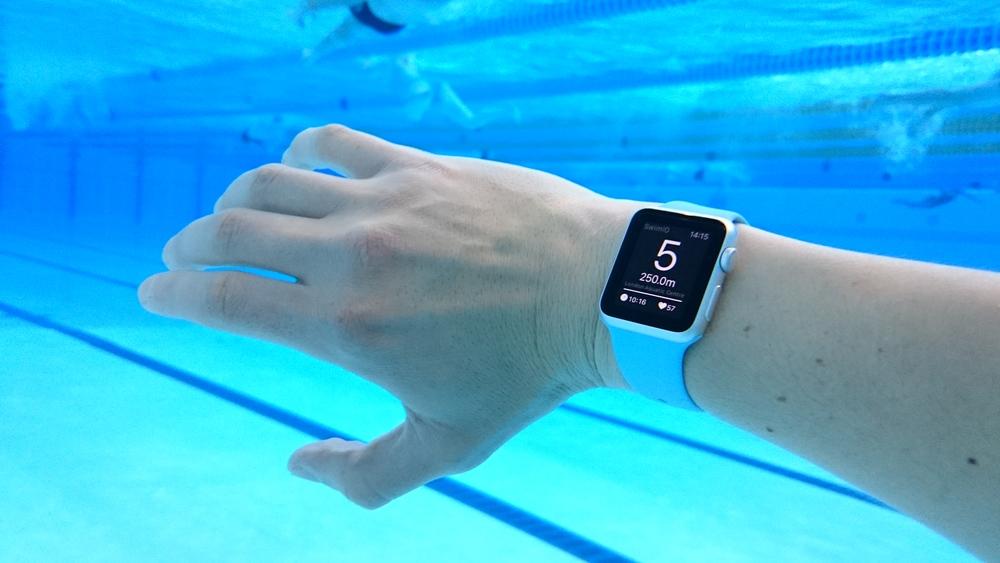 В apple watch используется интеллектуальная система, которая улучшает точность сбора данных с каждой тренировкой — чем больше вы занимаетесь, тем точнее акселерометр фиксирует данные.