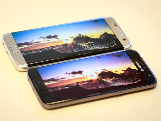 Galaxy S7 and Galaxy S7 Edge display side by side